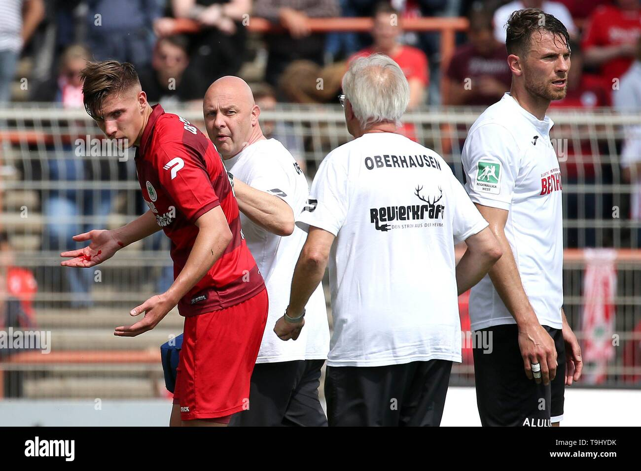 Oberhausen, Germany. 18th May, 2019. firo: 18.05.2019 Football, Regionalliga West, season 2018/2019 Rot-Weiss Oberhausen - SC Verl Mike Jordan (# 4, Red-Weiss Oberhausen) walks with bloody nose from the square. | usage worldwide Credit: dpa/Alamy Live News - Stock Image