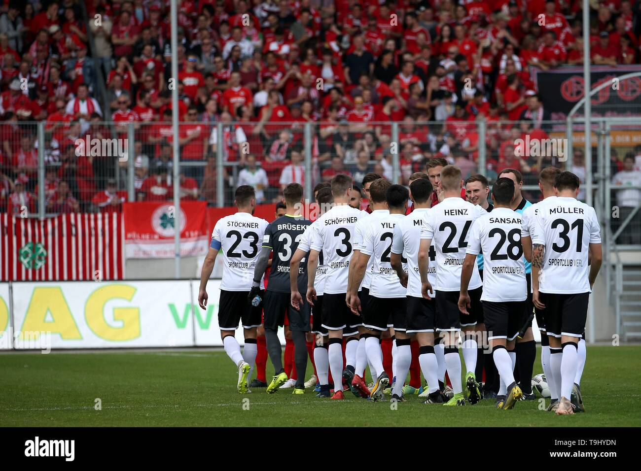 Oberhausen, Germany. 18th May, 2019. firo: 18.05.2019 Football, Regionalliga West, season 2018/2019 Rot-Weiss Oberhausen - SC Verl The teams clap. | usage worldwide Credit: dpa/Alamy Live News - Stock Image