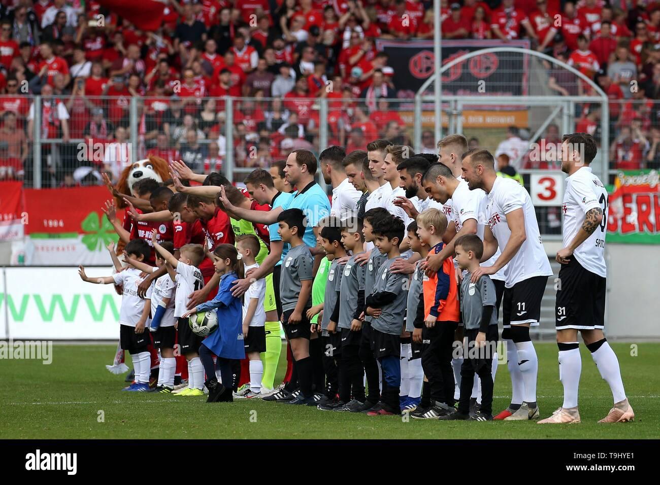 Oberhausen, Germany. 18th May, 2019. firo: 18.05.2019 Football, Regionalliga West, season 2018/2019 Rot-Weiss Oberhausen - SC Verl Line-up of both teams. | usage worldwide Credit: dpa/Alamy Live News - Stock Image
