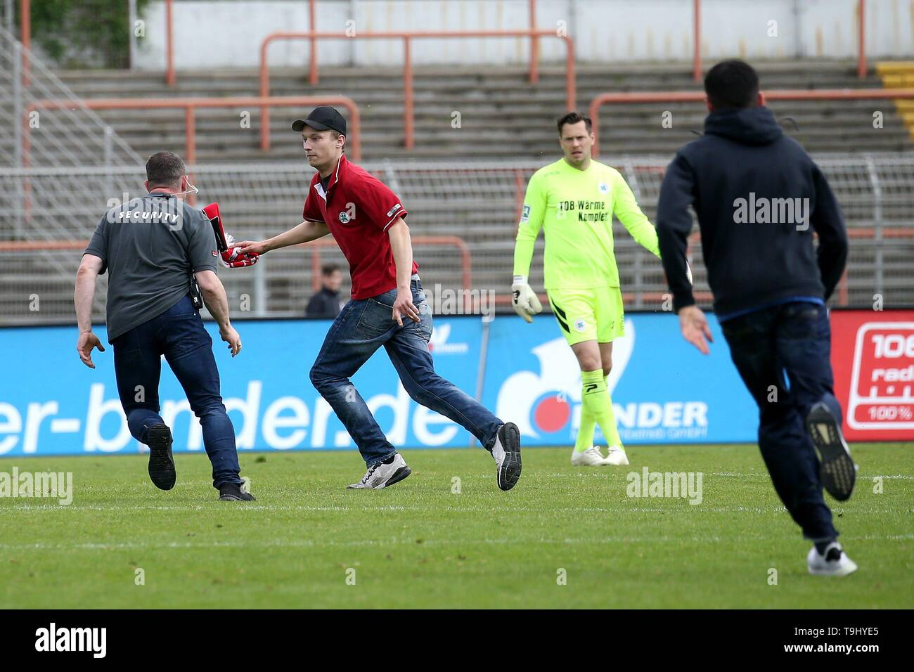 Oberhausen, Germany. 18th May, 2019. firo: 18.05.2019 Football, Regionalliga West, season 2018/2019 Rot-Weiss Oberhausen - SC Verl The security is behind the racer. | usage worldwide Credit: dpa/Alamy Live News - Stock Image