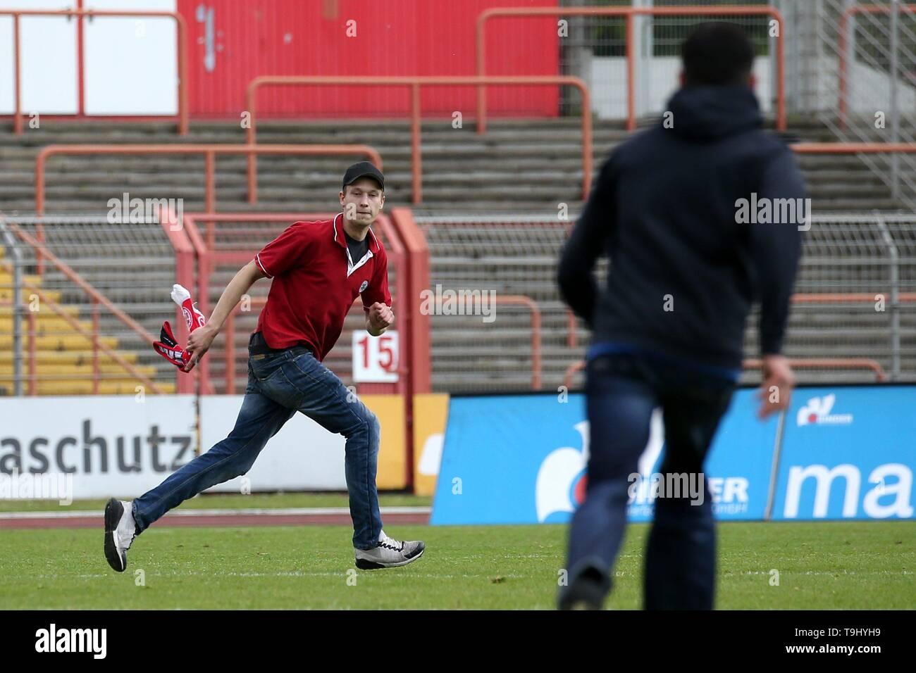 Oberhausen, Germany. 18th May, 2019. firo: 18.05.2019 Football, Regionalliga West, season 2018/2019 Rot-Weiss Oberhausen - SC Verl A runabout runs on the pitch. | usage worldwide Credit: dpa/Alamy Live News - Stock Image