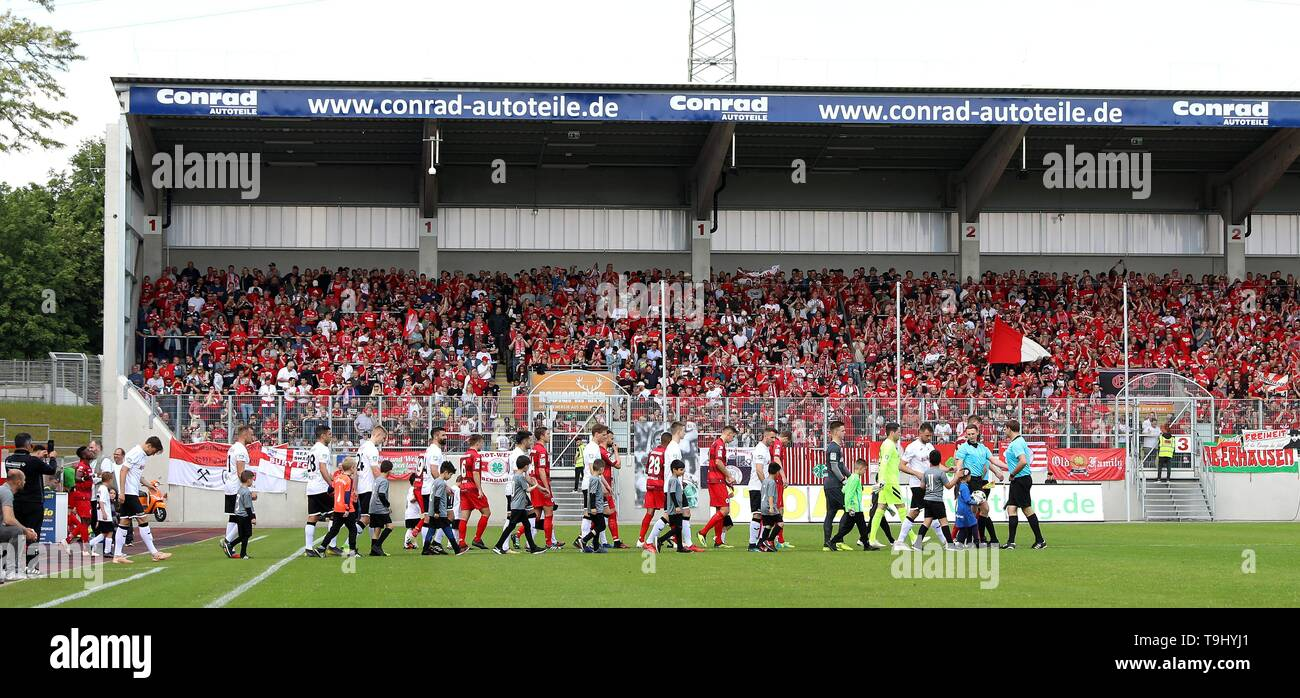 Oberhausen, Germany. 18th May, 2019. firo: 18.05.2019 Football, Regionalliga West, season 2018/2019 Rot-Weiss Oberhausen - SC Verl The teams come to the field. | usage worldwide Credit: dpa/Alamy Live News - Stock Image