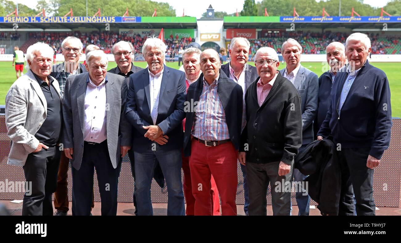 Oberhausen, Germany. 18th May, 2019. firo: 18.05.2019 Football, Regionalliga West, season 2018/2019 Rot-Weiss Oberhausen - SC Verl The champion team of 1969 from the RWO. | usage worldwide Credit: dpa/Alamy Live News - Stock Image