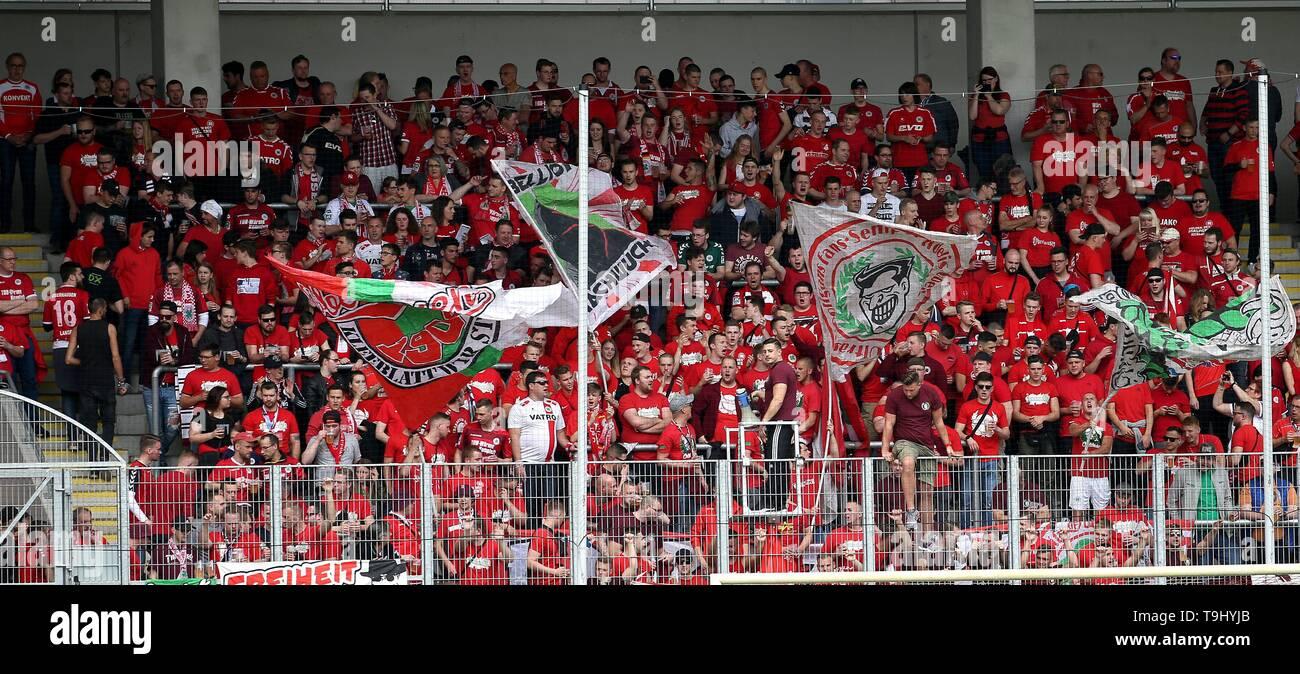 Oberhausen, Germany. 18th May, 2019. firo: 18.05.2019 Football, Regionalliga West, season 2018/2019 Rot-Weiss Oberhausen - SC Verl The fans at the Revierkraft-TribÃ_ne are ready. | usage worldwide Credit: dpa/Alamy Live News - Stock Image