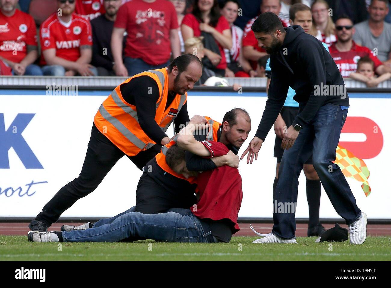 Oberhausen, Germany. 18th May, 2019. firo: 18.05.2019 Football, Regionalliga West, season 2018/2019 Rot-Weiss Oberhausen - SC Verl No chance to escape for the speedster. | usage worldwide Credit: dpa/Alamy Live News - Stock Image