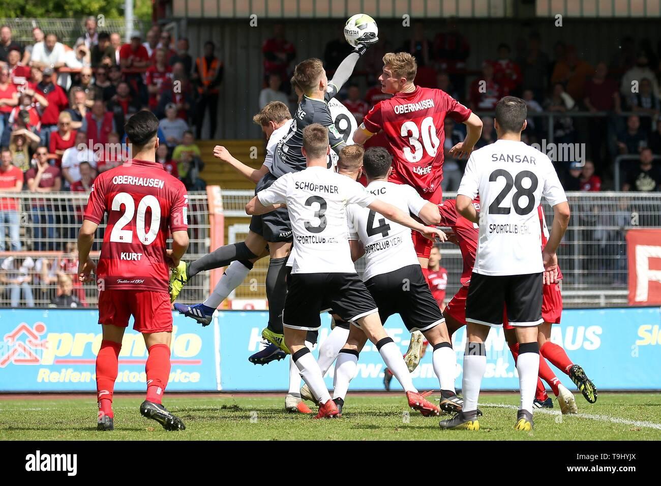 firo: 18.05.2019 Football, Regionalliga West, season 2018/2019 Rot-Weiss Oberhausen - SC Verl goalkeeper Robin BrÃ_seke (# 32, SC Verl) in front of Jannik Löhden (# 30, Rot-Weiss Oberhausen) on the ball. | usage worldwide - Stock Image