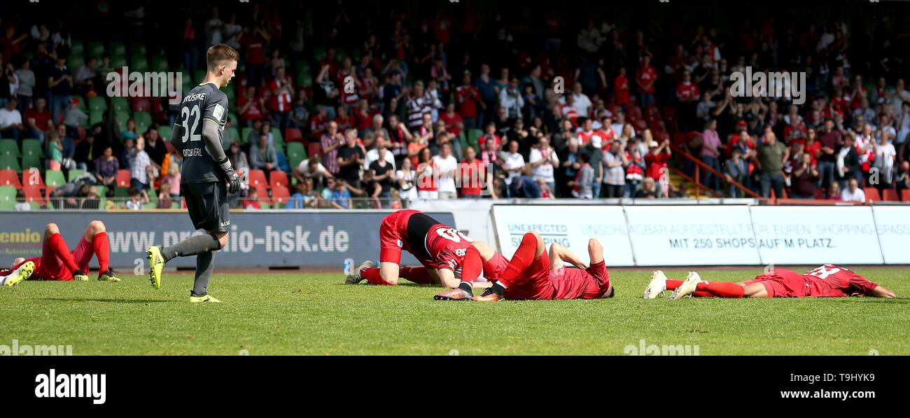 Oberhausen, Germany. 18th May, 2019. firo: 18.05.2019 Football, Regionalliga West, season 2018/2019 Rot-Weiss Oberhausen - SC Verl RWO players fall exhausted after the match and are disappointed. | usage worldwide Credit: dpa/Alamy Live News - Stock Image
