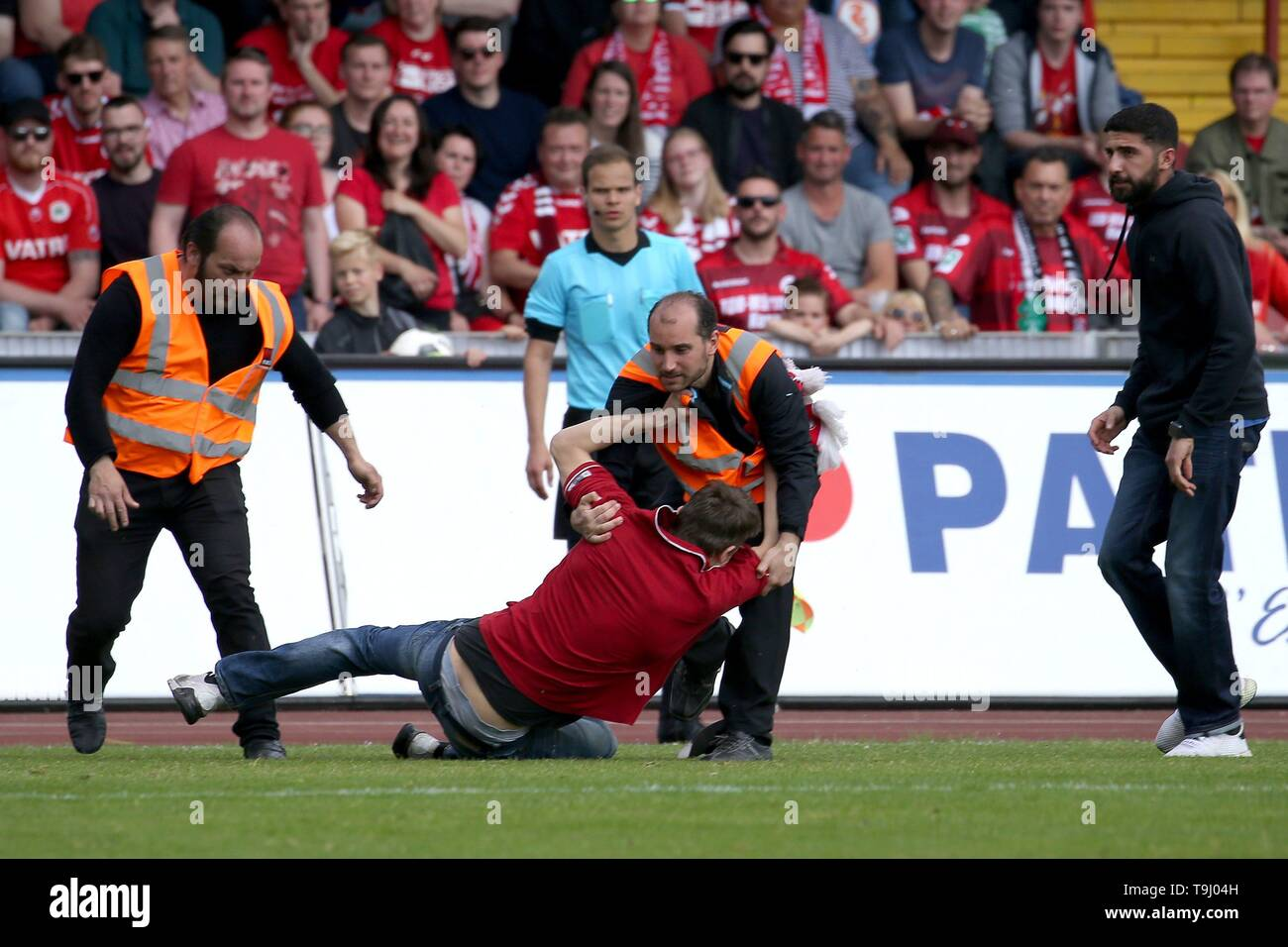 Oberhausen, Germany. 18th May, 2019. firo: 18.05.2019 Soccer, Regionalliga West, season 2018/2019 Rot-Weiss Oberhausen - SC Verl The speedster is placed by a folder. | usage worldwide Credit: dpa/Alamy Live News - Stock Image