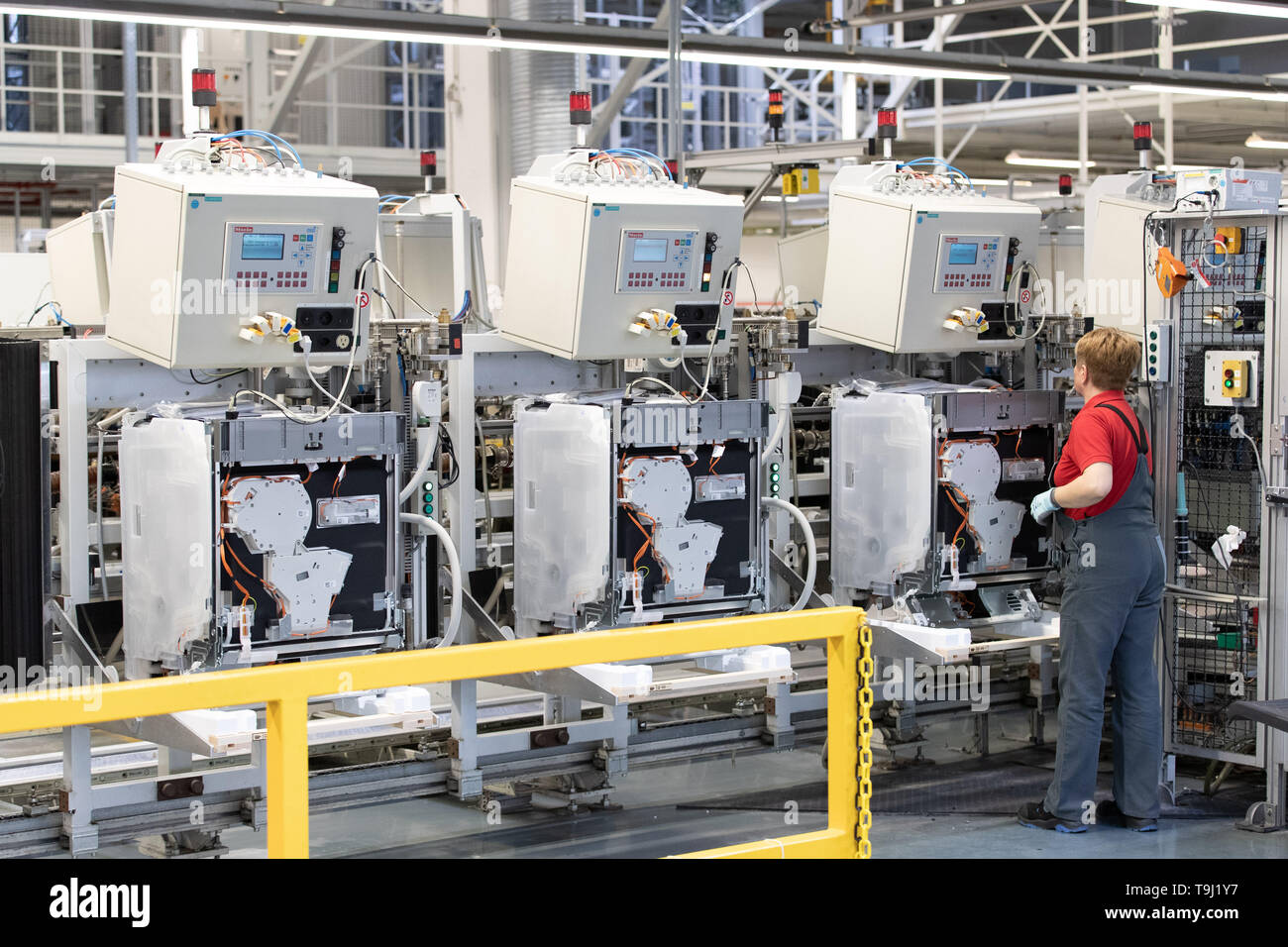Bielefeld, Germany. 17th May, 2019. An employee carries out the final inspection of a dishwasher on a production line at Miele & Cie. KG. Miele is a German manufacturer of household and commercial appliances based in Gütersloh. Credit: Friso Gentsch/dpa/Alamy Live News - Stock Image