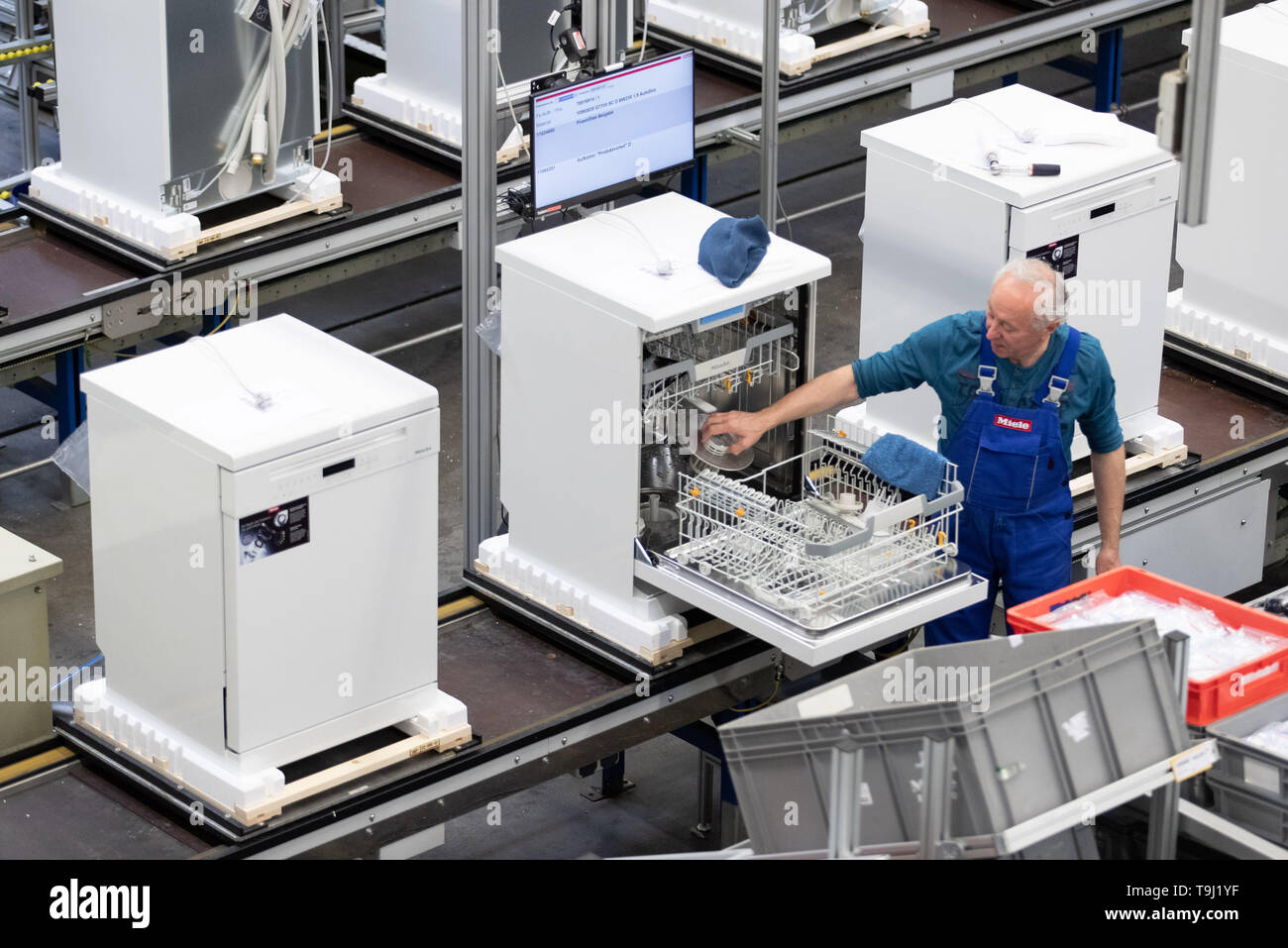 Bielefeld, Germany. 17th May, 2019. Employee Albert Kugel carries out the final inspection of a dishwasher on a production line at Miele & Cie. KG. Miele is a German manufacturer of household and commercial appliances based in Gütersloh. Credit: Friso Gentsch/dpa/Alamy Live News - Stock Image