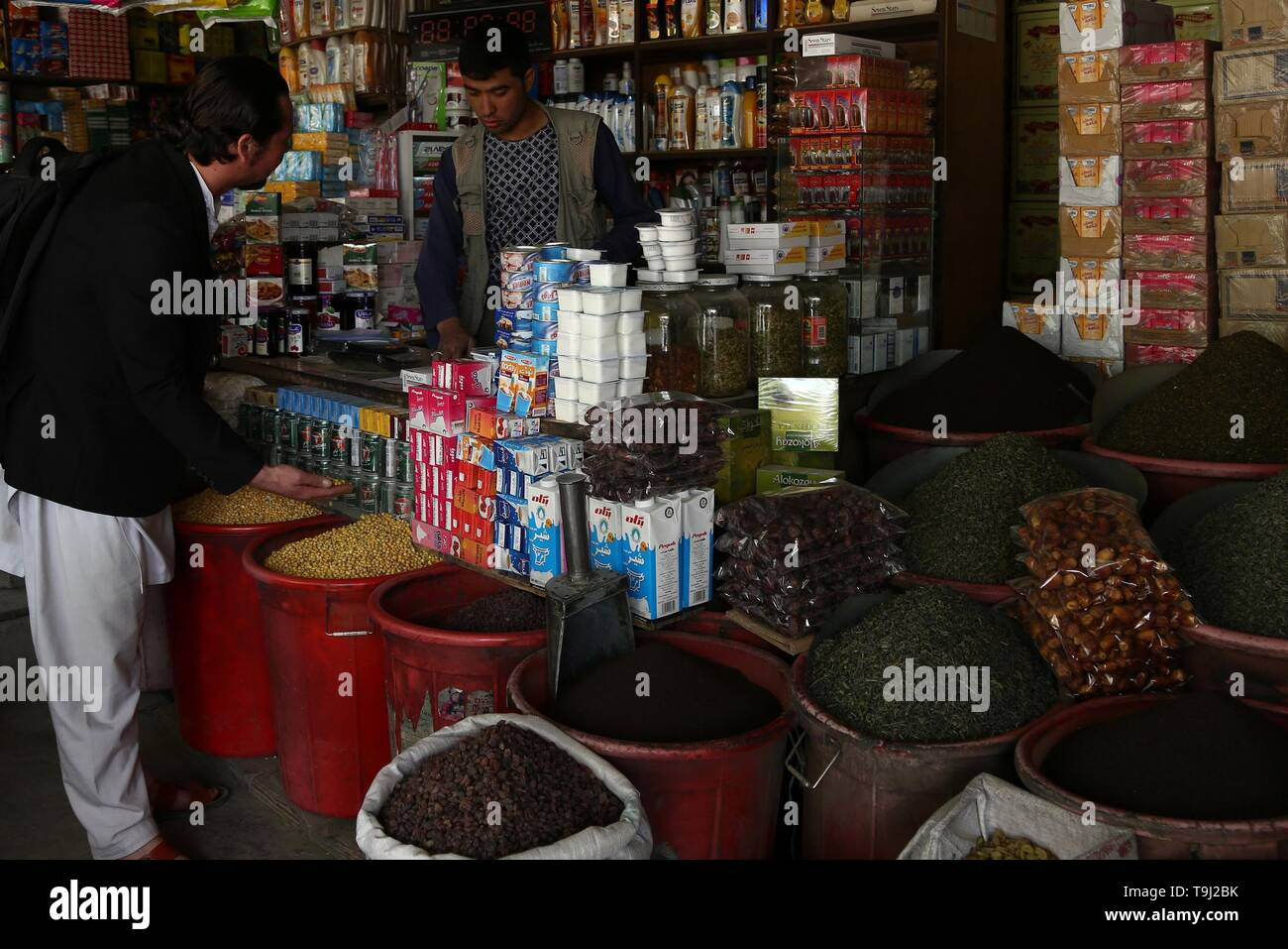 Kabul, Afghanistan. 19th May, 2019. An Afghan shopkeeper talks with a customer at his shop in Kabul, capital of Afghanistan, May 19, 2019. Credit: Sayed Mominzadah/Xinhua/Alamy Live News - Stock Image