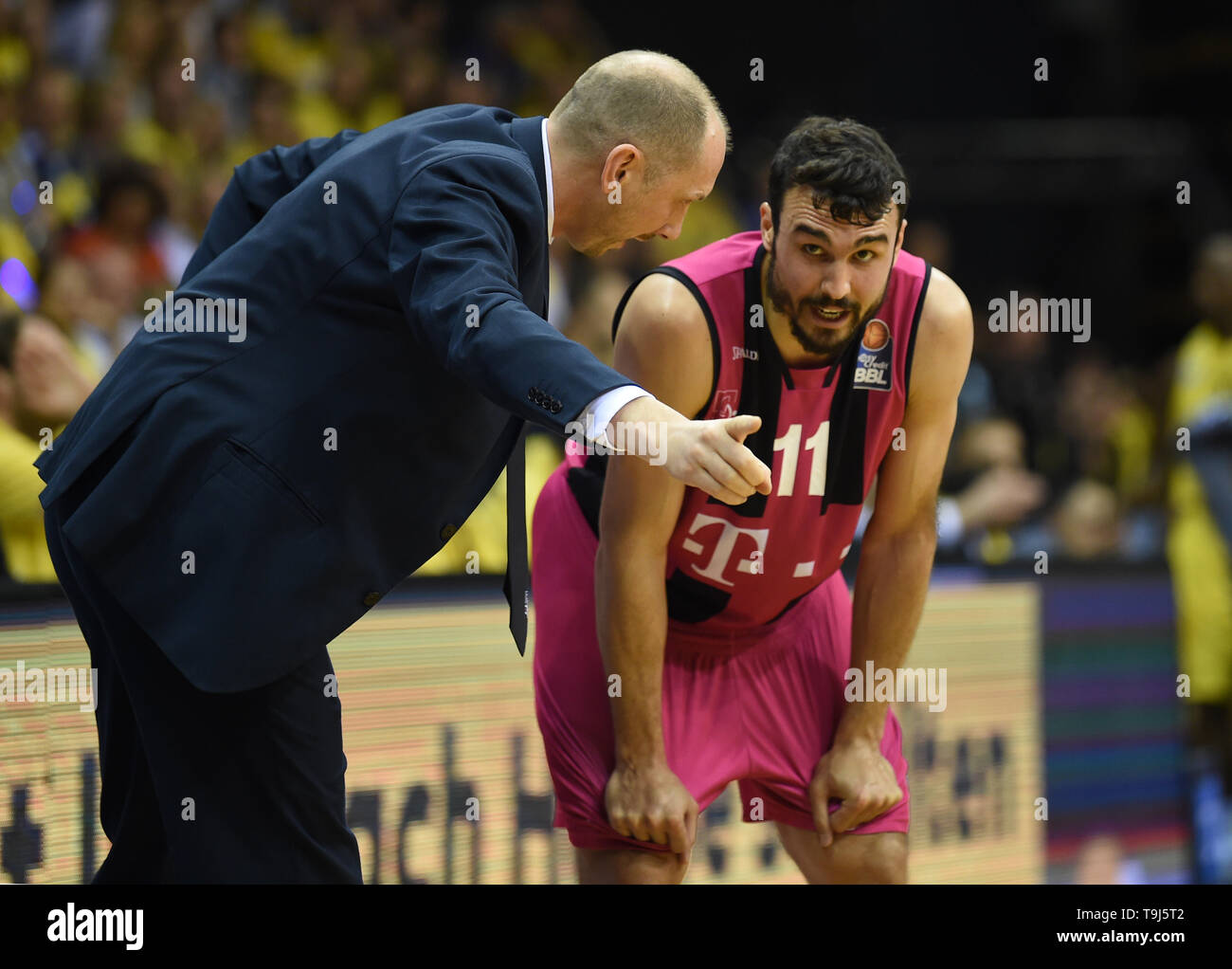 Oldenburg, Germany. 19th May, 2019. Basketball: Bundesliga, EWE Baskets Oldenburg - Telekom Baskets Bonn, championship round, quarter finals, 1st matchday. Bonn coach Chris O'Shea talks to his player Anthony DiLeo on the sidelines. Credit: Carmen Jaspersen/dpa/Alamy Live News - Stock Image