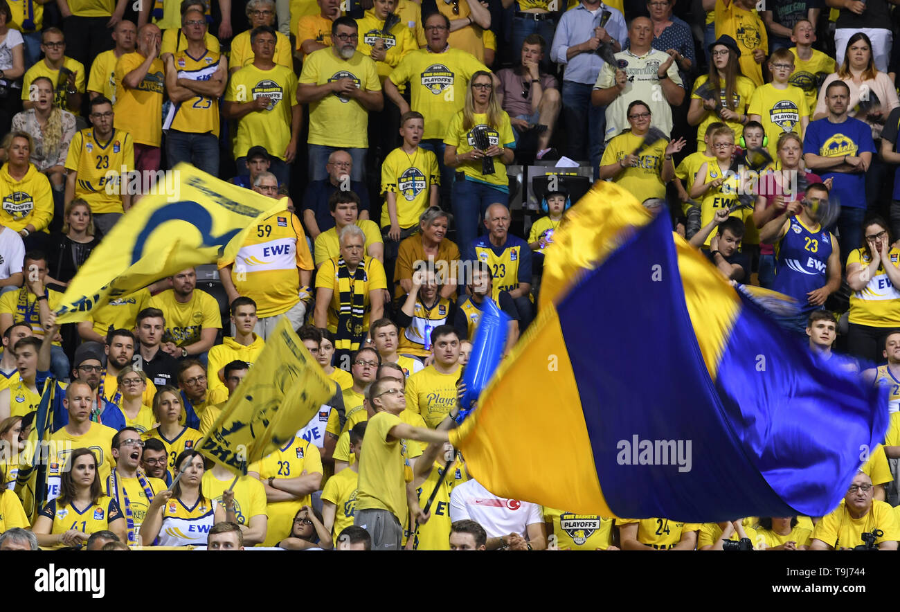 Oldenburg, Germany. 19th May, 2019. Basketball: Bundesliga, EWE Baskets Oldenburg - Telekom Baskets Bonn, championship round, quarter finals, 1st matchday. Oldenburg's fans are cheering their team on. Credit: Carmen Jaspersen/dpa/Alamy Live News - Stock Image