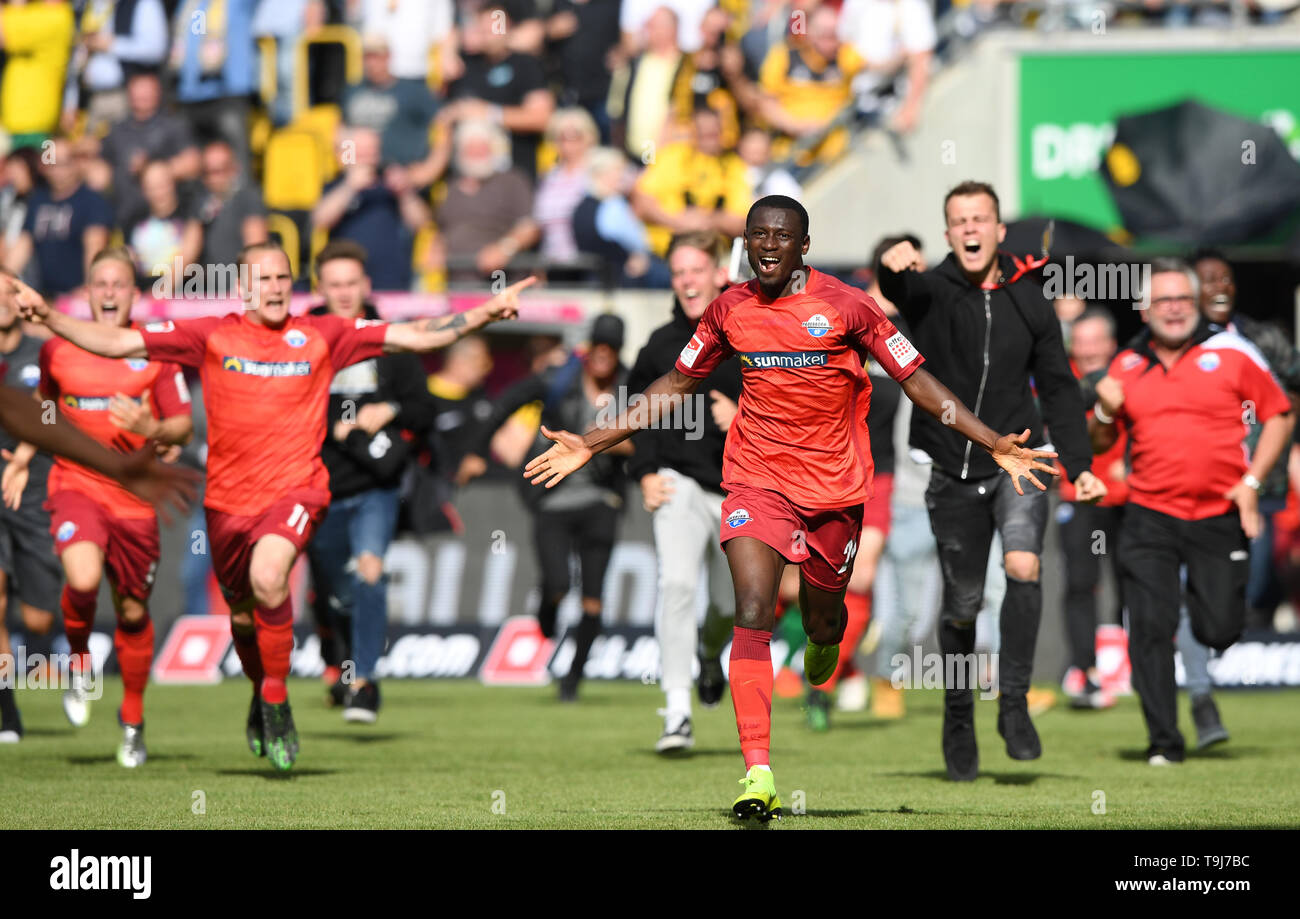 Dresden, Germany. 19th May, 2019. Paderborn players celebrate promotion to the Bundesliga on May 19, 2019. A 3-1 loss at Dynamo Dresden on the final day did not cost them the runners-up spot in the second division. Credit: Robert Michael/dpa-Zentralbild/dpa/Alamy Live News - Stock Image