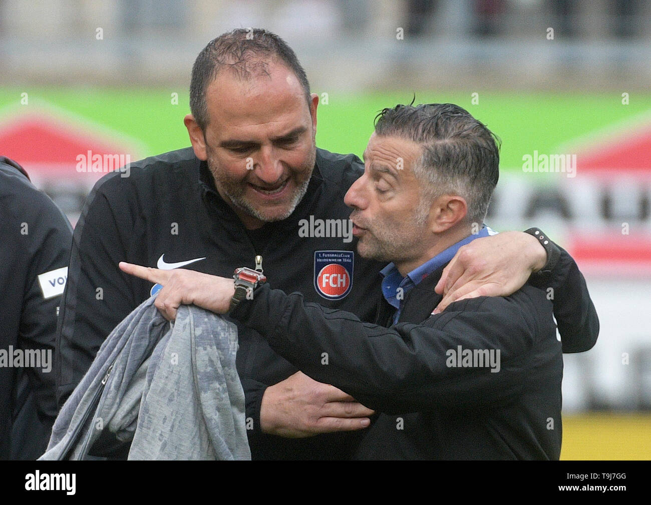 Heidenheim, Germany. 19th May, 2019. Soccer: 2nd Bundesliga, 1st FC Heidenheim - FC Ingolstadt 04, 34th matchday in the Voith Arena. Coach Frank Schmidt (Heidenheim, l) talks to coach Thomas Oral (Ingolstadt). The Oberbayern lost on the last matchday in a dramatic game at 1. FC Heidenheim with 2:4 (0:2). After their first defeat with Oral, they finish the season in 16th place. Photo: Stefan Puchner/dpa - IMPORTANT NOTE: In accordance with the requirements of the DFL Deutsche Fußball Liga or the DFB Deutscher Fußball-Bund, it is prohibited to use or have used photographs taken in the st Credit: - Stock Image