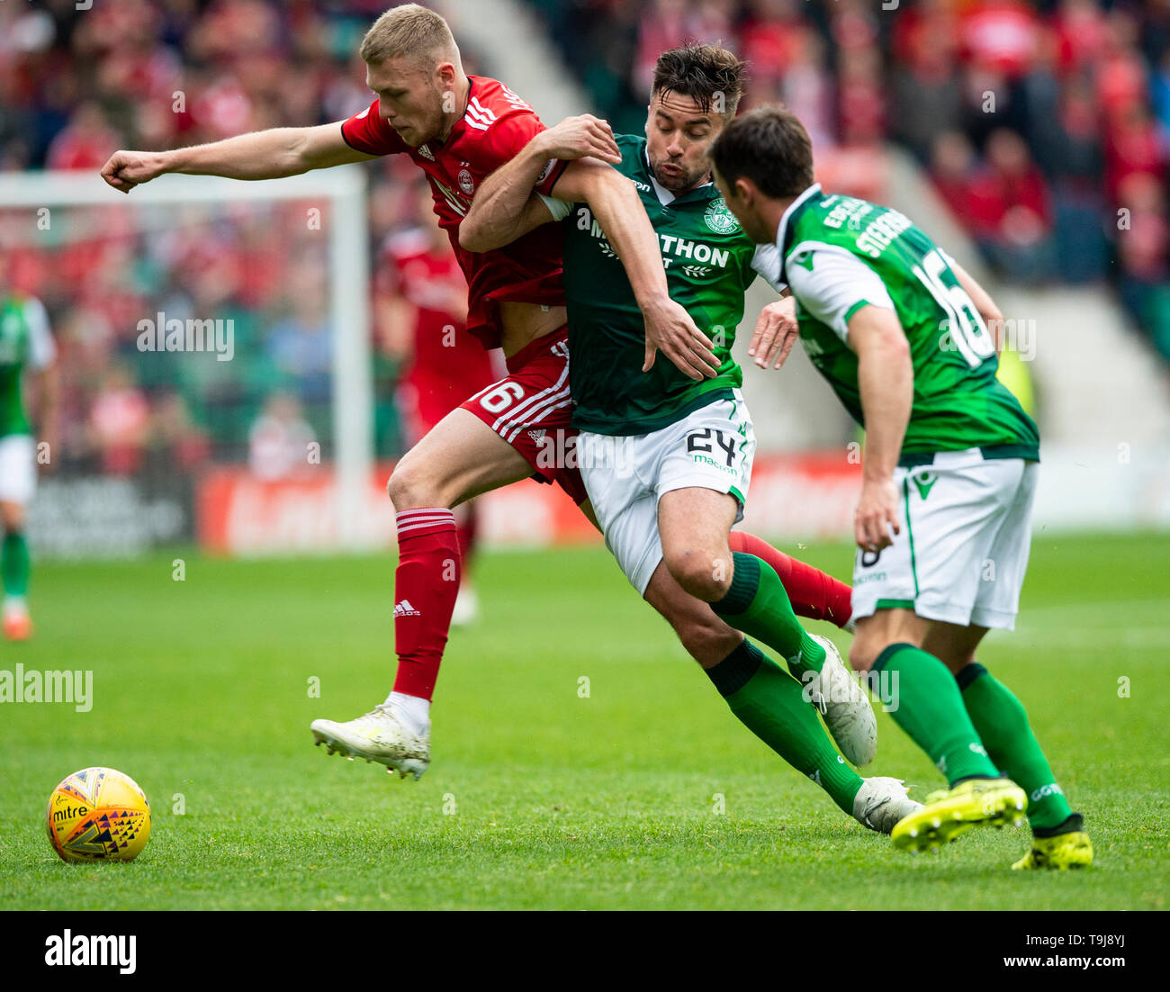 Edinburgh, Scotland, UK. 19th May, 2019. Edinburgh, Scotland, UK. 19th May, 2019.  Pic shows: Aberdeen midfielder, Sam Cosgrove, and Hibs' defender, Darren McGregor, tussle for the ball during the first half as Hibs play host to Aberdeen at Easter Road Stadium, Edinburgh Credit: Ian Jacobs/Alamy Live News Stock Photo