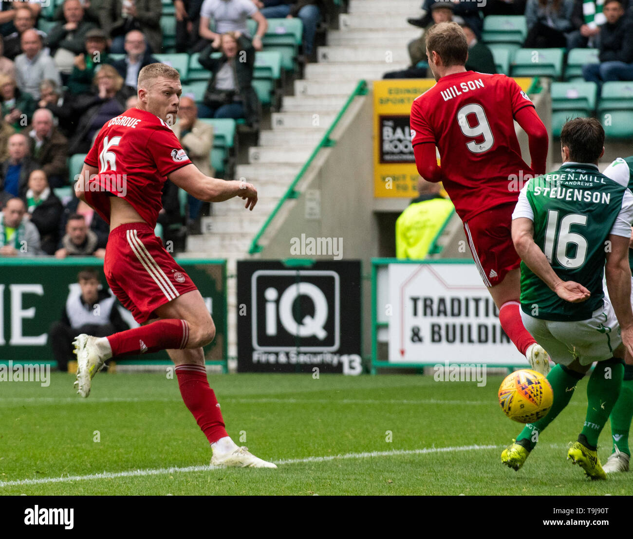 Edinburgh, Scotland, UK. 19th May, 2019. Edinburgh, Scotland, UK. 19th May, 2019.  Pic shows: Aberdeen midfielder, Sam Cosgrove, fires home the equaliser during the first half as Hibs play host to Aberdeen at Easter Road Stadium, Edinburgh Credit: Ian Jacobs/Alamy Live News - Stock Image