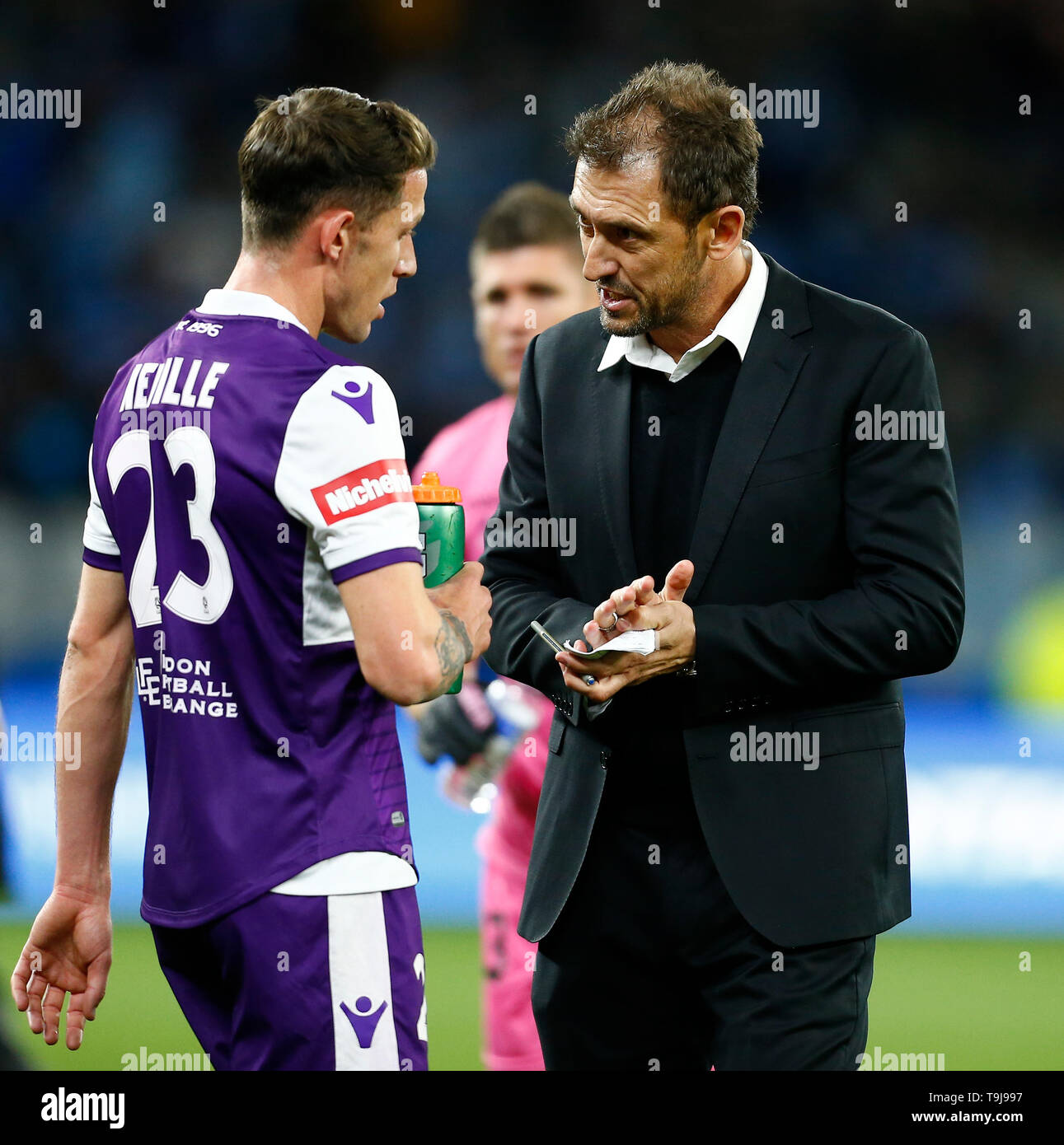 Perth Stadium, Perth, Australia. 19th May, 2019. A-League grand final, Perth Glory versus Sydney FC; Tony Popovic head coach of Perth Glory talks with Scott Neville before the start of extra time Credit: Action Plus Sports/Alamy Live News - Stock Image