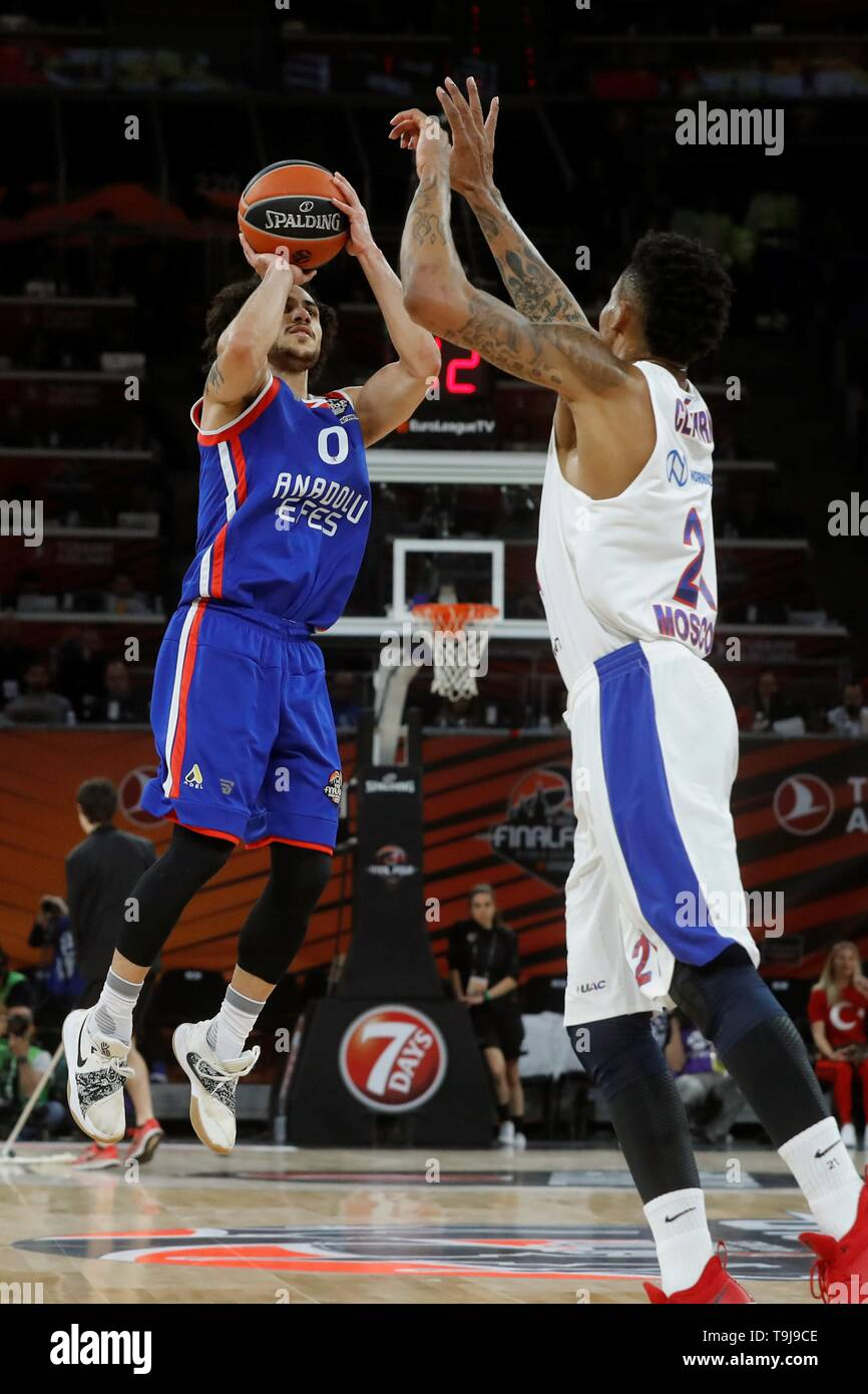 Anadolu Efes' Shane Larkin (L) in action against CSKA Moscow's Will Clyburn (R) during the Euroleague Final Four final match at the Buesa Arena in Vitoria, northern Spain, 19 May 2019. EFE/ Juan Carlos Hidalgo - Stock Image