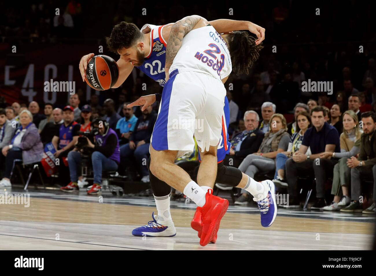 Anadolu Efes' Vasilije Micic (L) in action against CSKA Moscow's Daniel Hackett (R) during the Euroleague Final Four final match at the Buesa Arena in Vitoria, northern Spain, 19 May 2019. EFE/ Juan Carlos Hidalgo - Stock Image