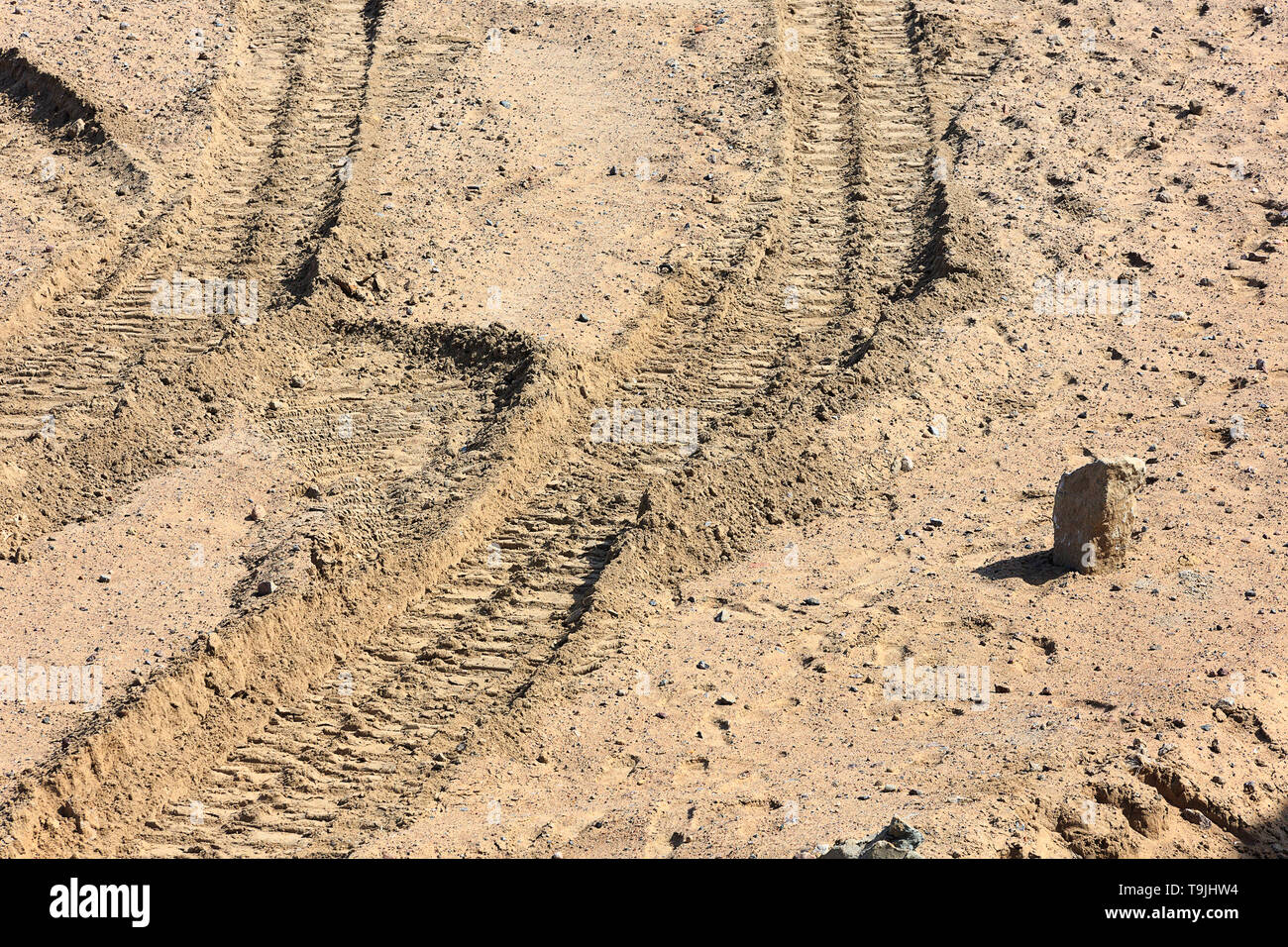 Traces of tire treads on the sand. - Stock Image