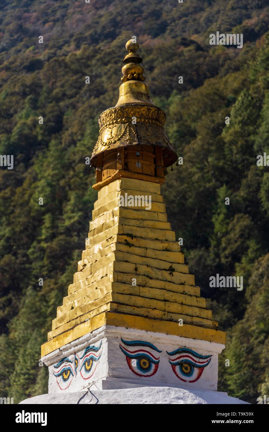 Chorten Kora is an important stupa next to the Kulong Chhu River in Trashiyangtse. - Stock Image