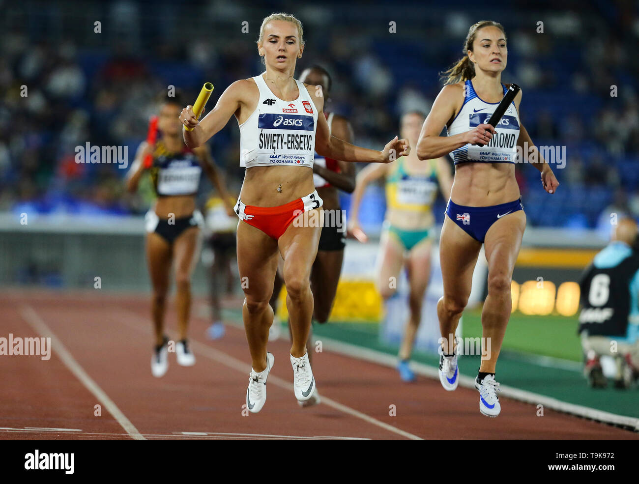 YOKOHAMA, JAPAN - MAY 10: Justin Swiety-Ersetic of Poland and Emily Diamond of Great Britain and Northern Ireland in the women's 4x400m relay during Day 1 of the 2019 IAAF World Relay Championships at the Nissan Stadium on Saturday May 11, 2019 in Yokohama, Japan. (Photo by Roger Sedres for the IAAF) - Stock Image