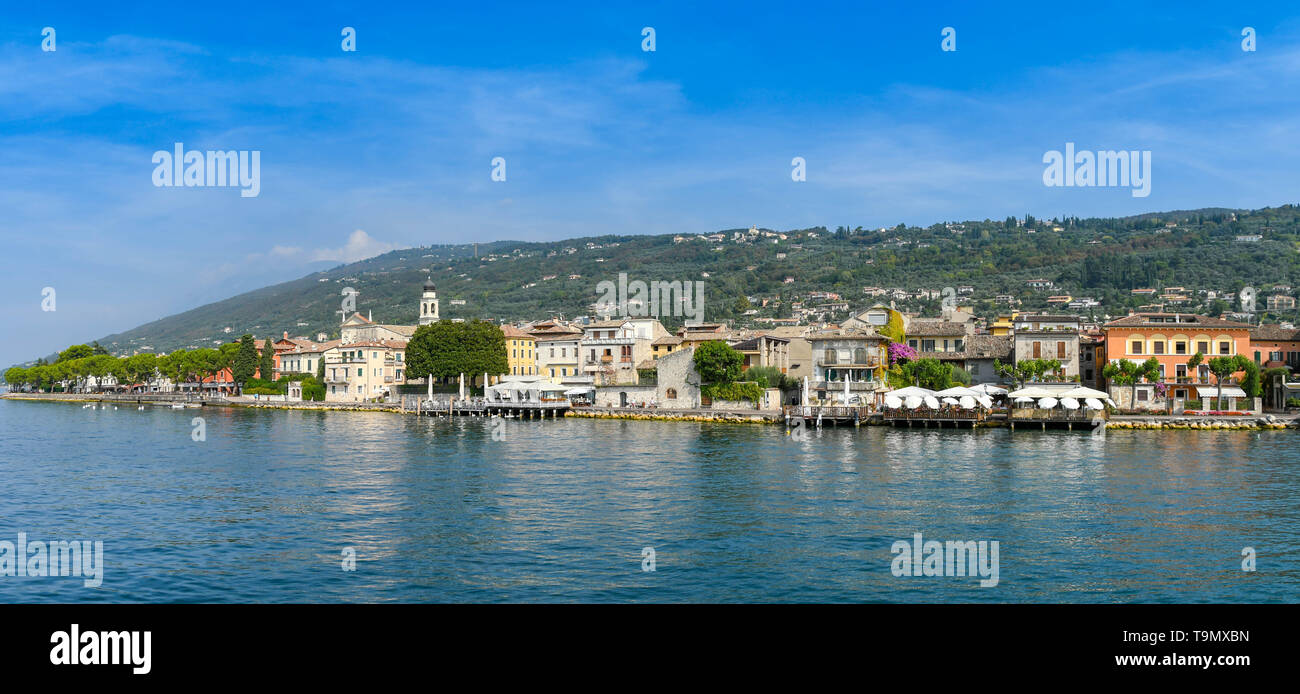 TORRI DEL BENACO, LAKE GARDA, ITALY - SEPTEMBER 2018: Panoramic view of the waterfront of Torri del Benaco on Lake Garda - Stock Image