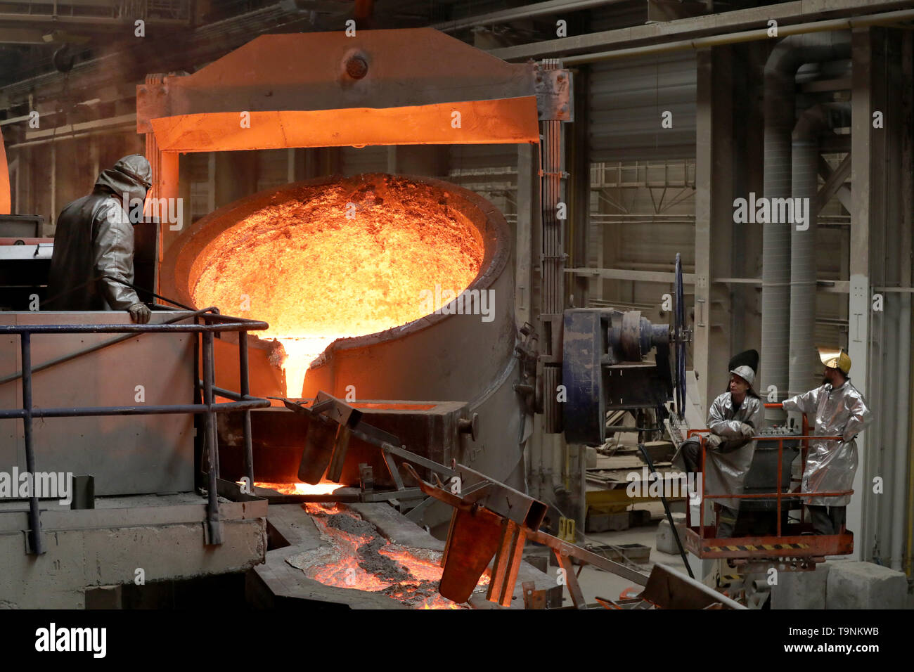 Waren, Germany. 08th May, 2019. In the foundry of Mecklenburger Metallguss GmbH MMG, 165 tons of aluminium bronze with a temperature of approx. 1,170 degrees are cast into a huge mould for a ship propeller. The propeller for a large Korean container freighter will later have a diameter of 10.40 meters and weigh 117 tons. Less than a year after its transition to independence, MMG sees itself on the upswing again. Sales of 50 million euros are expected for 2019, about ten million euros more than in 2018. Credit: Bernd Wüstneck/dpa/Alamy Live News - Stock Image