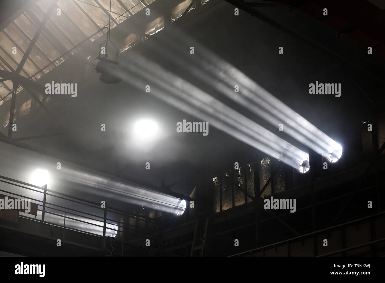 Waren, Germany. 08th May, 2019. In the foundry of Mecklenburger Metallguss GmbH MMG, the misty air shines in the sunlight that shines through the fan openings while a large ship propeller is being cast. Less than a year after its transition to independence, MMG sees itself on the upswing again. Sales of 50 million euros are expected for 2019, about ten million euros more than in 2018. Credit: Bernd Wüstneck/dpa/Alamy Live News - Stock Image
