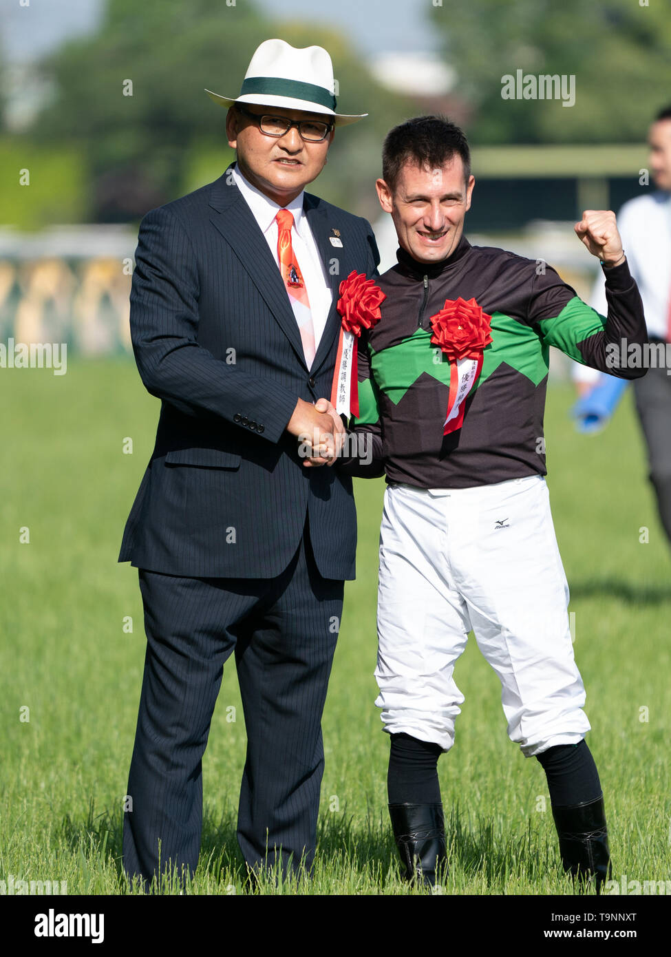 Mirco Demuro riding Loves Only You (owner DMM Dream Club) shake hands with trainer Yoshito Yahagi after winning the 80th Japanese Oaks (G1 2400m) with a new race record of 2;28, 08 at Tokyo Racecourse, Tokyo, Japan on 19 May 2019. Credit: Motoo Naka/AFLO/Alamy Live News - Stock Image