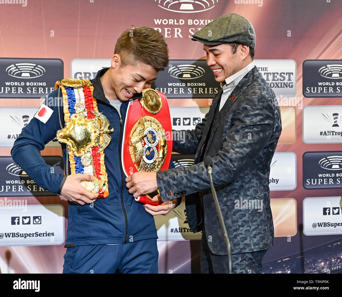 (L-R) Naoya Inoue (JPN), Nonito Donaire, MAY 18, 2019 - Boxing : Naoya Inoue of Japan talks with Nonito Donaire of Philippines, his opponent in the Finals, during a press conference after the IBF bantamweight title bout, Semi-finals of the World Boxing Super Series - Bantamweight tournament, at The SSE Hydro in Glasgow, Scotland. (Photo by Hiroaki Yamaguchi/AFLO) - Stock Image