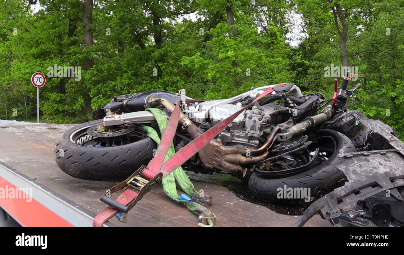 "Saterland, Germany. 19th May, 2019. The wreck of a motorcycle lies on a tow truck. A motorcyclist died in a frontal collision with a car in Saterland in the district of Cloppenburg. A car driver and his eleven-year-old son suffered serious injuries. At least nine motorcyclists died in accidents this weekend. (to dpa ""At least nine motorcyclists died in an accident at the weekend"") Credit: -/Nord-West-Media TV/dpa/Alamy Live News Stock Photo"