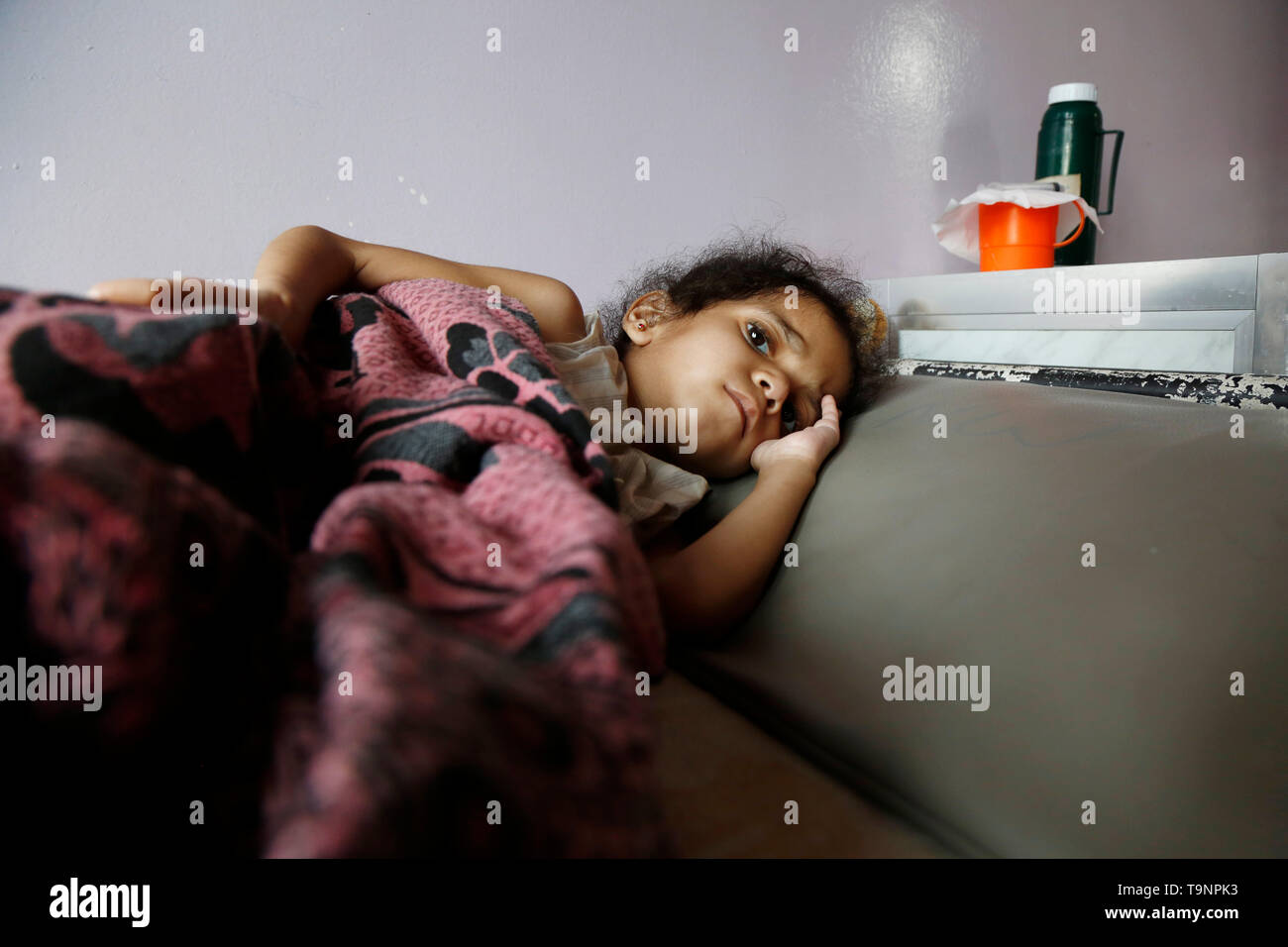 (190520) -- SANAA, May 20, 2019 (Xinhua) -- A malnourished girl lies on a bed while receiving treatment at a malnutrition care-center in Sanaa, Yemen, on May 19, 2019. With 360,000 children suffering from severe acute malnutrition and 2.5 million - or half of all children under the age of five - stunted, the country is spiralling perilously close to the brink, Executive Director of the United Nations Children's Fund  (UNICEF) Henrietta Fore warned. (Xinhua/Mohammed Mohammed) - Stock Image
