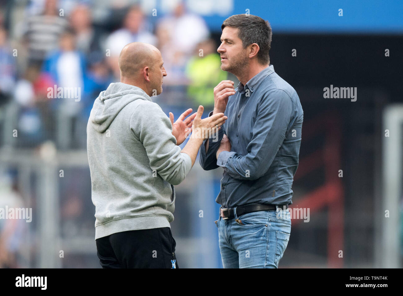 Hamburg, Deutschland. 19th May, 2019. goalsten LIEBERKNECHT (l., coach, DU) talks after the game with Ralf BECKER (sports director, HH), talking, conversation, conversation, half figure, half figure, football 2nd Bundesliga, 34th matchday, Hamburg Hamburg Hamburg (HH) - MSV Duisburg (DU) 3: 0, on 19.05.2019 in Hamburg/Germany. ¬ | usage worldwide Credit: dpa/Alamy Live News - Stock Image