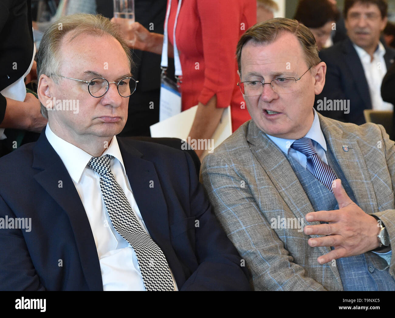 Potsdam, Germany. 20th May, 2019. Reiner Haseloff (CDU, l), Prime Minister of Saxony-Anhalt, talks to Bodo Ramelow (Die Linke), Prime Minister of Thuringia, at the East German Economic Forum (OWF). The theme of the event is 'How international must East German SMEs become? Opportunities and Risks in Times of Emerging Protectionism'. Credit: Bernd Settnik/dpa-Zentralbild/dpa/Alamy Live News - Stock Image