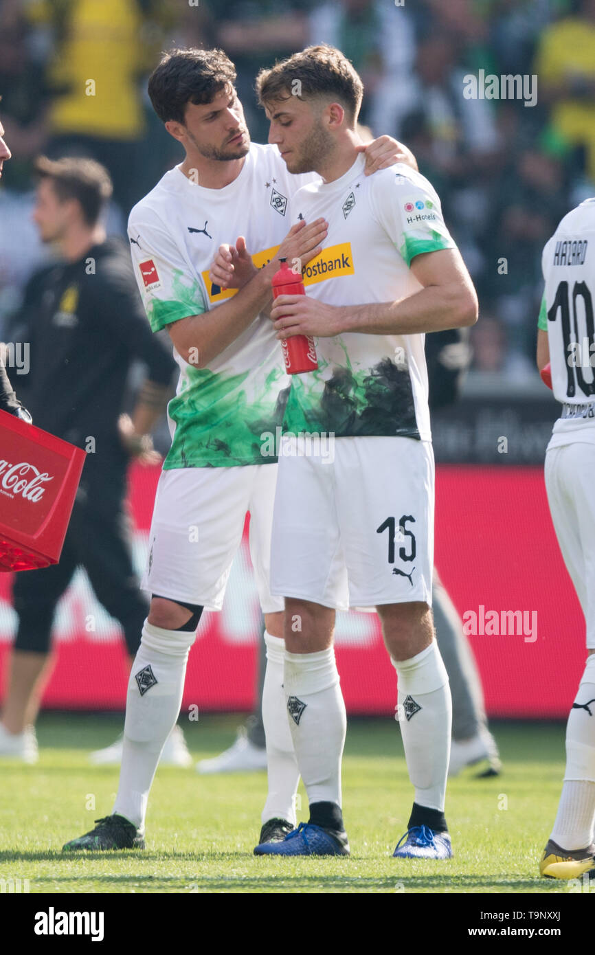 Borussia Monchengladbach, Deutschland. 18th May, 2019. Tobias STROBL (left, MG) talks after the game with Louis Jordan BEYER (MG), talking, frustratedriert, frustrated, latex, disappointed, disappointed, disappointment, disappointment, sad, whole figure, portrait, mourning, football 1. Bundesliga, 34. matchday, Borussia Monchengladbach (MG) - Borussia Dortmund (DO) 0: 2, on 18.05.2019 in Borussia Monchengladbach/Germany. ¬ | usage worldwide Credit: dpa/Alamy Live News - Stock Image