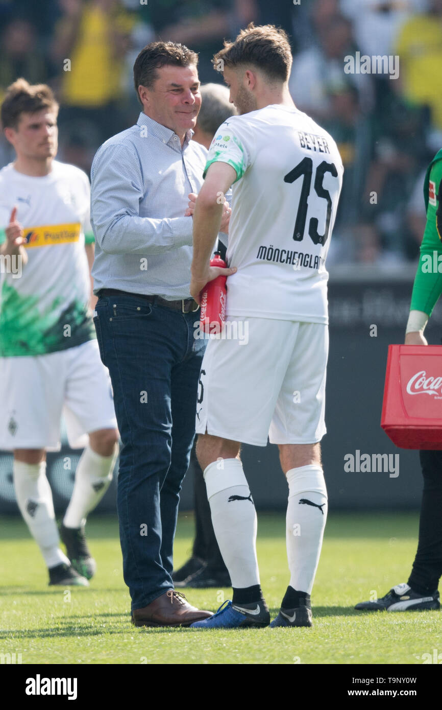 Borussia Monchengladbach, Deutschland. 18th May, 2019. Coach Dieter HECKING (left, MG) talks after the game with Louis Jordan BEYER (MG), talking, frustrated, frustrated, latex, disappointed, disappointed, disappointment, disappointment, sad, full figure, upright, sadness, football 1. Bundesliga, 34. matchday, Borussia Monchengladbach (MG) - Borussia Dortmund (DO) 0: 2, on 18.05.2019 in Borussia Monchengladbach/Germany. ¬ | usage worldwide Credit: dpa/Alamy Live News - Stock Image