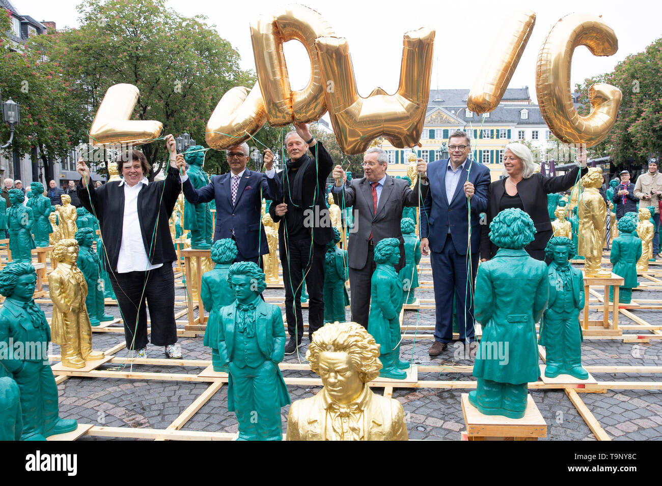 Patron Ashok SRIDHARAN (2.left to right), Mayor of the City of Bonn, opens with artist Prof. Dr. med. Ottmar HOERL (HÖRL) (3.left to right) the art installation on the Muensterplatz. A public action on the upcoming 250th birthday of Ludwig van Beethoven; on 17.05.2019 in Bonn/Germany. | Usage worldwide - Stock Image