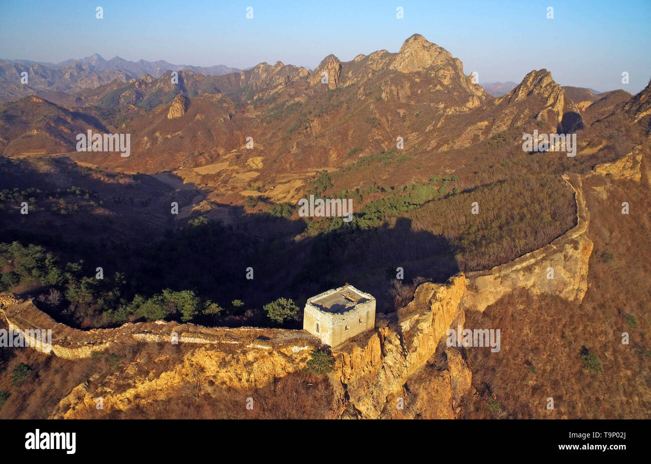 (190520) -- BEIJING, May 20, 2019 (Xinhua) -- Aerial photo taken on April 15, 2018 shows a section of the Great Wall in Suizhong County of Huludao, northeast China's Liaoning Province. Liaoning Province is located in the southern part of Northeast China, with the Bohai Sea and the Yellow Sea lying to its south. Over the years, the provincial government has prioritized ecological development and set environmental improvement at the core of its agenda. The province's ecological conditions have been improving thanks to systematic conservation of the natural environment, overall management of the  - Stock Image