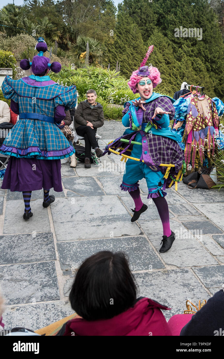 Oh No It Isn't. A virbrant, colourful theatre performance presented by LKT Productions at theatre Garden in Cornwall. - Stock Image