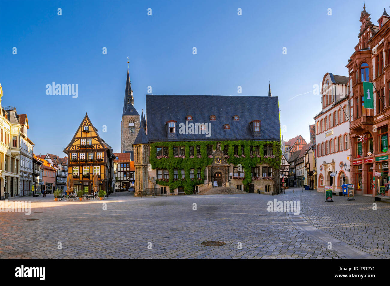 Cafe in the market and city hall in the UNESCO-world cultural heritage of the city of Quedlinburg, Saxony-Anhalt, Germany, Europe, Cafe am Markt und R Stock Photo