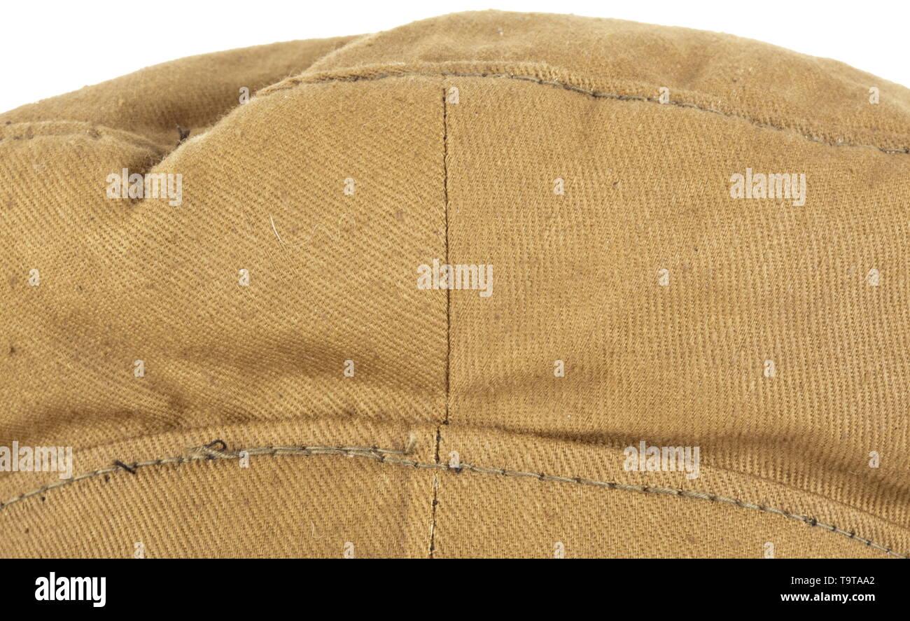 A visor cap M 33 for a Hitler Youth Brauner Baumwollköper mit Besatzband und Schirm aus Grundtuch, blaugraues Baumwollfutter, braunes Schweißleder aus Ersatzmaterial. Emailliertes HJ-Abzeichen, dreiteiliger brauner Ledersturmriemen. historic, historical, 20th century, Additional-Rights-Clearance-Info-Not-Available - Stock Image