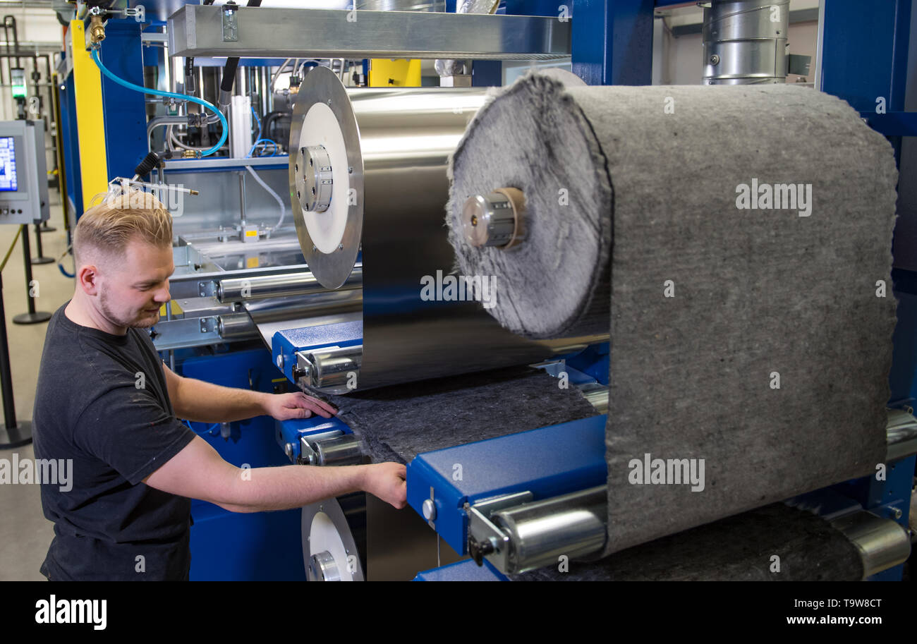 Chemnitz, Germany. 20th May, 2019. Matthias Pattloch sets up a new interval hot press for large-scale fibre composite production at the Saxon Textile Research Institute (STFI) in Chemnitz. Saxony is one of the most important centres of the German textile and clothing industry. The domestic textile industry consists of a large number of specialised companies, which also have their footholds in vehicle construction, structural and civil engineering, mechanical engineering and the health industry. Credit: Hendrik Schmidt/dpa-Zentralbild/ZB/dpa/Alamy Live News - Stock Image