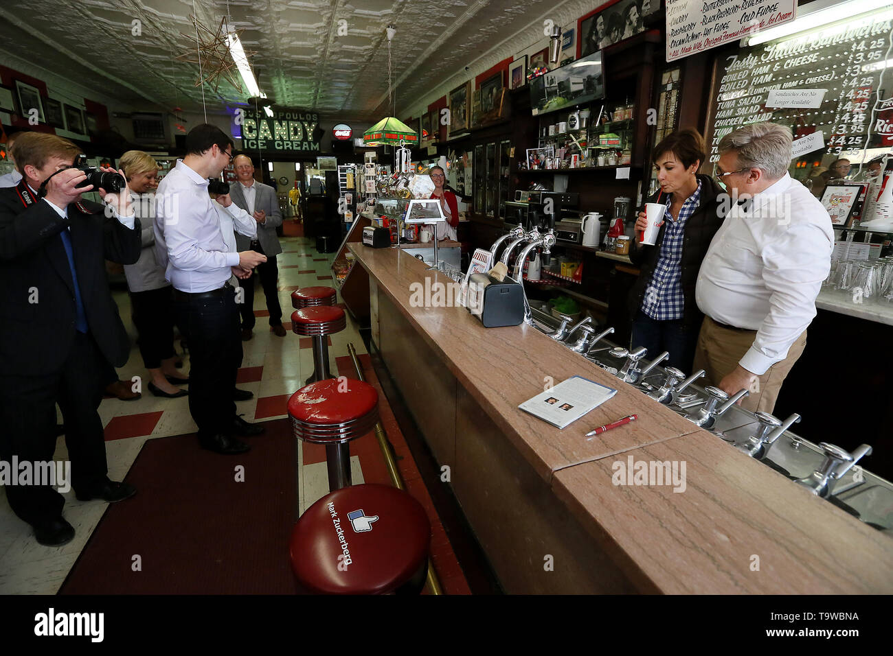 Wilton Iowa Usa 20th May 2019 Candy Kitchen Owner Lynn Ochiltree Right Watches As Iowa Governor