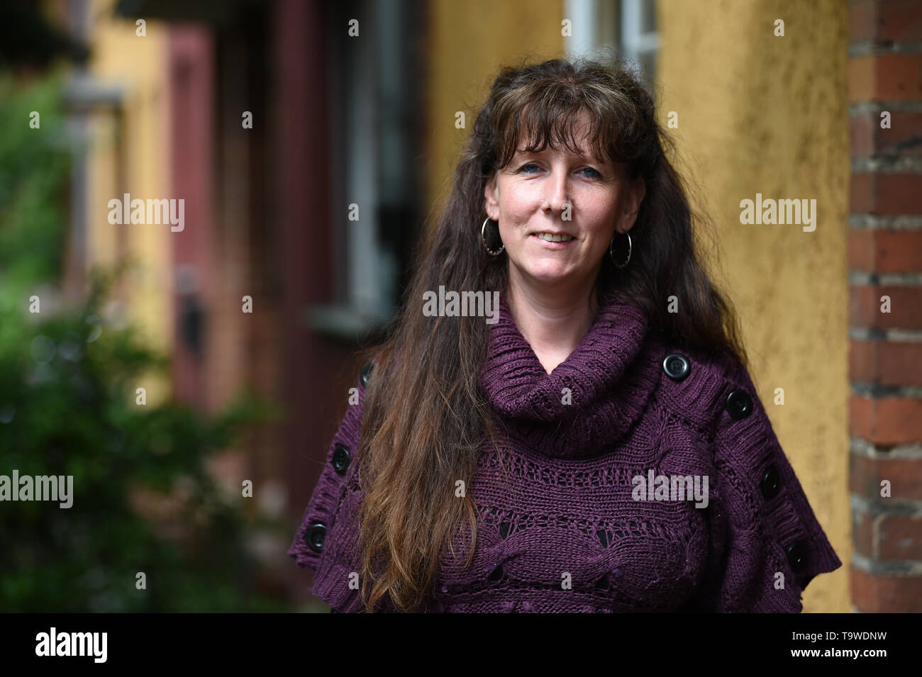 """Berlin, Germany. 17th May, 2019. Viviane Czernietzki in front of the entrance of her terraced house in Berlin-Britz. The network nebenan.de has more than one million users in Germany, connects neighbors with each other and invites on May 24 to the day of the neighbors. (to """"Online platform provides for offline contacts among neighbors"""") Credit: Sven Braun/dpa/Alamy Live News Stock Photo"""