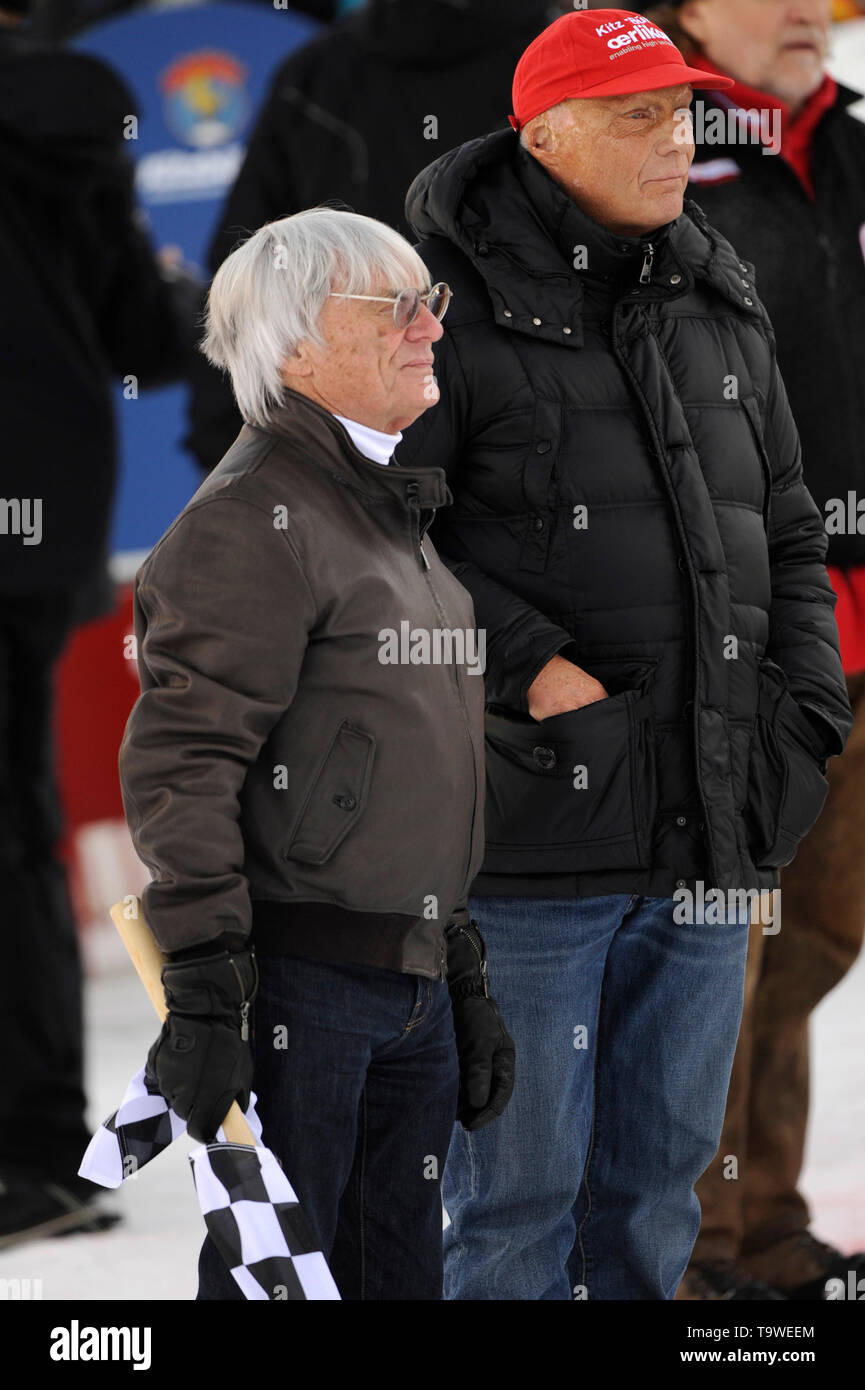 Niki Lauda died at the age of 70 Formula One boss Bernie ECCLESTONE (GBR, left) with checkered flag -re: Niki LAUDA (AUT) on the occasion of the Kitz Charity Race, Alpine Skiing, Hahnekamm race 2010, Kitzbuehel, Hahnenkamm, downhill, Streif on 23.01. of 2010. Ã,  usage worldwide - Stock Image