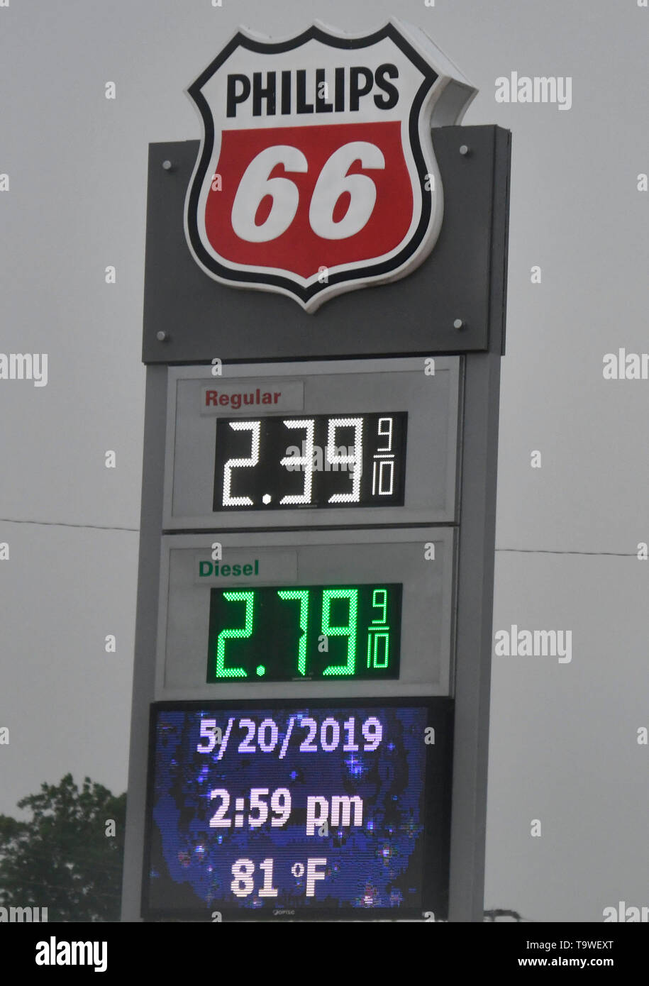 May 20, 2019: Oklahoma City, Oklahoma, U.S.: Storm chasers enjoy the cheap gas prices in TX and OK as severe storms, including tornadoes, are predicted in the Southern Plains through late Monday. Tornado watches in effect in the Texas Panhandle and Oklahoma expire before midnight. Then, flooding is expected to become the major concern overnight from Oklahoma City to Tulsa and to the northeast. The tornado outbreak has not been as severe as feared as twisters have mostly avoided population centers. Credit: Gene Blevins/ZUMA Wire/Alamy Live News - Stock Image