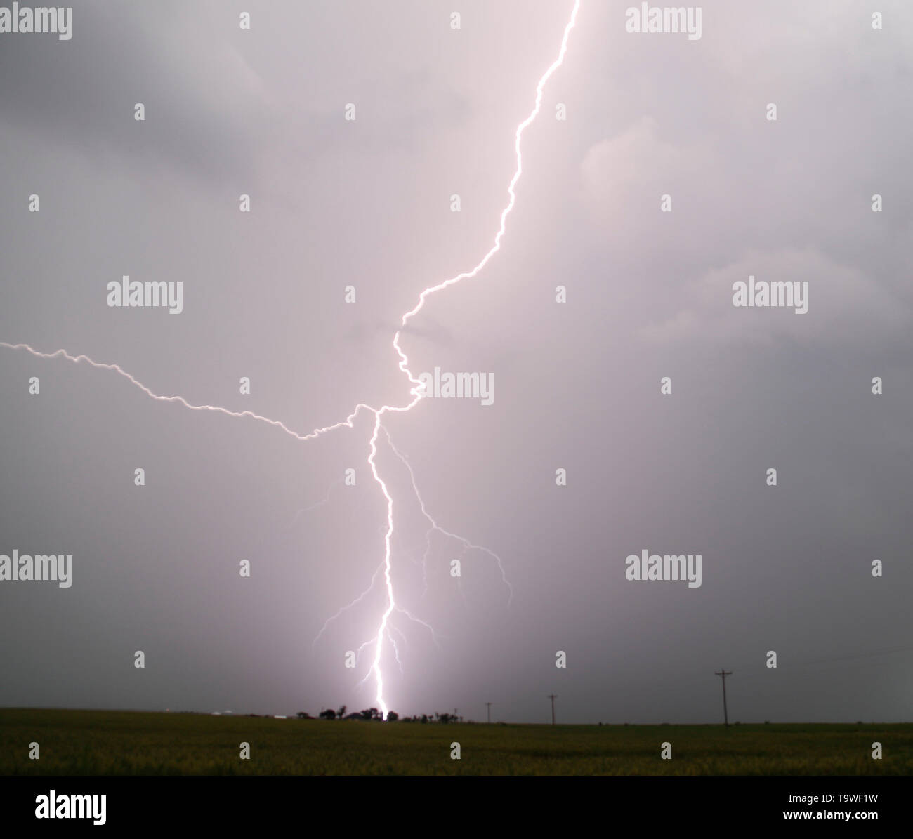 May 20, 2019: Mangum, Oklahoma, U.S.: Lightning bolts hit the ground from tornado warn strong cell over the Magna OK as flooding rain and severe storms, including tornadoes, are predicted in the Southern Plains through late Monday. Tornado watches in effect in the Texas Panhandle and Oklahoma expire before midnight. Then, flooding is expected to become the major concern overnight from Oklahoma City to Tulsa and to the northeast. The tornado outbreak has not been as severe as feared as twisters have mostly avoided population centers. Credit: Gene Blevins/ZUMA Wire/Alamy Live News - Stock Image