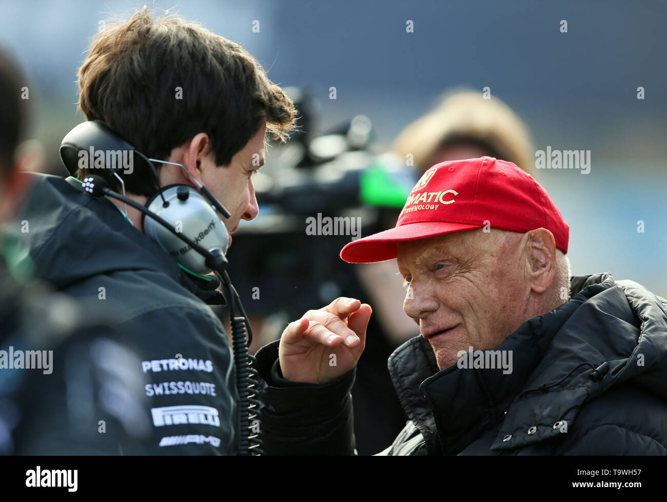 Jerez De La Frontera, Spain. 28th Jan, 2014. Motorsport Formula 1 test drives on the race track Jerez. The chairman of the supervisory board of the Formula 1 team of Mercedes Niki Lauda (r) talks to Mercedes motorsport boss Toto Wolff (l). Three-time Formula One world champion Niki Lauda is dead. The Austrian died on Monday at the age of 70. Credit: Jens Buettner/dpa/Alamy Live News - Stock Image